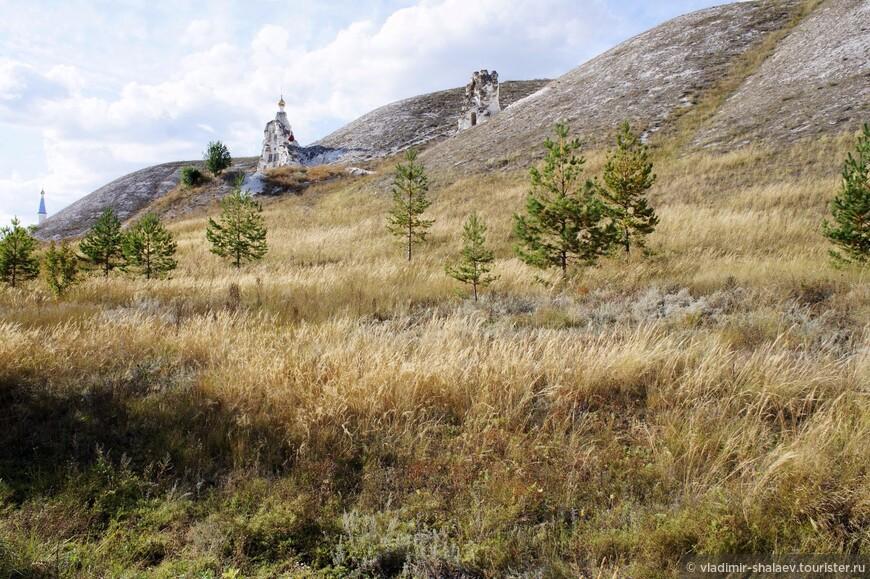"""Чтобы подняться к Поклонному Кресту на """"Костомаровскую Голгофу"""" надо вернуться по Костомаровской балке обратно к воротам в монастырь."""