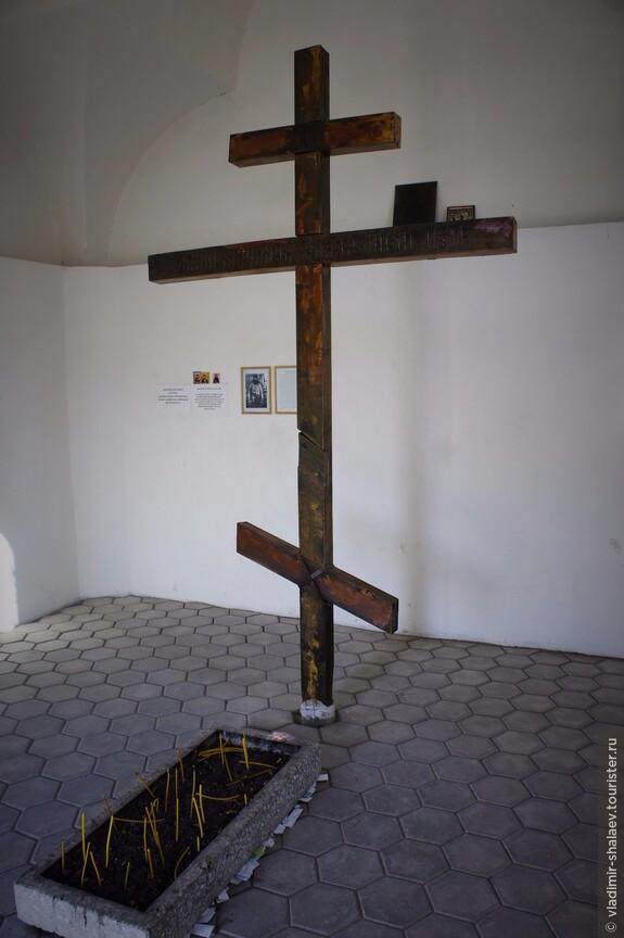 Внутри часовни небольшой иконостас и описание жизни Петра Еремеенко.