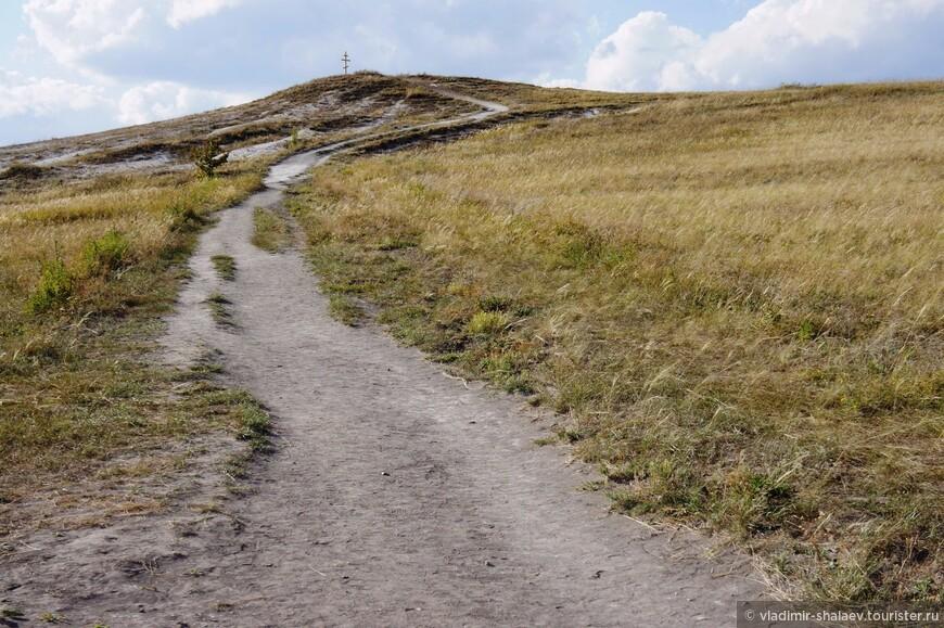 Именно отсюда начинается затяжная тропа наверх, путь не короткий. Но подняться туда надо.