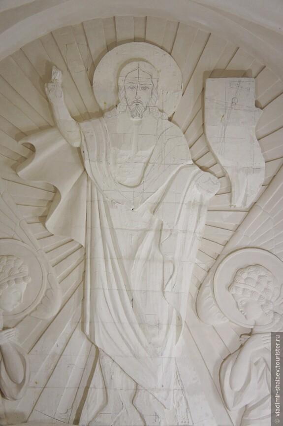 В центральной части храма.