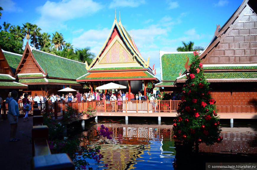 Вход в парк богато оформлен в тайском стиле. С Тайландом у его хозяина вообще отношения особые. На открытие «Лоро парка»  он пригласил королевскую семью Таиланда, чтобы привлечь к событию должное внимание. Монаршие особы высоко оценили усилия немецкого бизнесмена, так что старт был положен удачный. Здесь построена необычная «Тайская деревня» состоящая из шести домов с золотыми крышами. Это одно из самых больших зданий, выполненных в тайском стиле за пределами Таиланда.