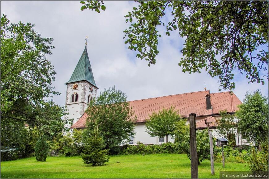В 1765 г. эта часовня была заменена новой церковью и на протяжении веков неоднократно дополнялась  и реконструировалась.