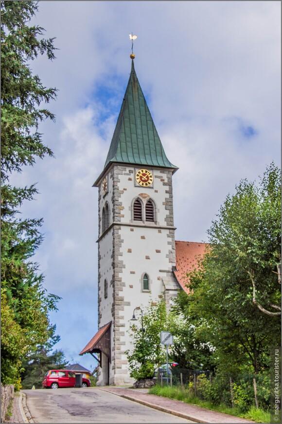 Храм находится на взгорке, поэтому виден издалека и ото всюду просматривается его башня - по совместительству колокольня