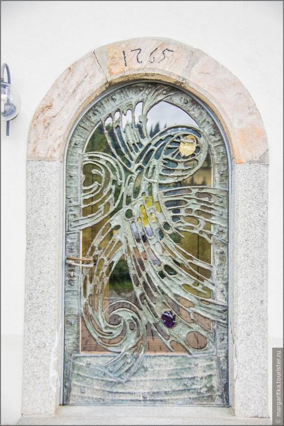над одной из боковых дверей отчетливо просматривается год возведения храма - 1765г.