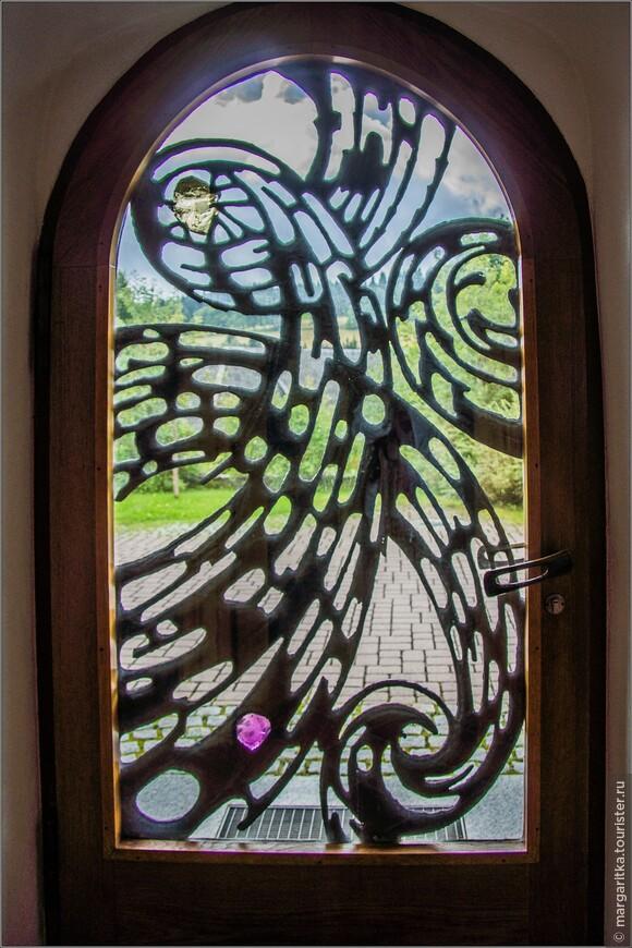 входные двери витражи. выше на снимке вид  снаружи, здесь вид изнутри. Мне особенно понравились эти два огромных кристала: розовый - внизу и прозрачный вверху