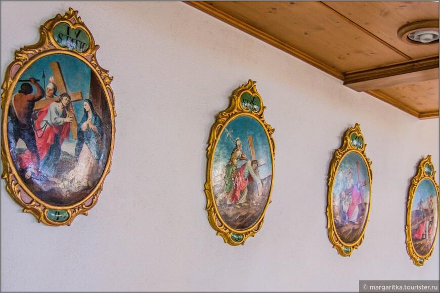 Так выглядит в этом храме обязательное изображение вдоль боковой  стены Крестный путь - 14 картин или рельефов, отражающие этапы крестных страданий Христ по пути на Голгофу