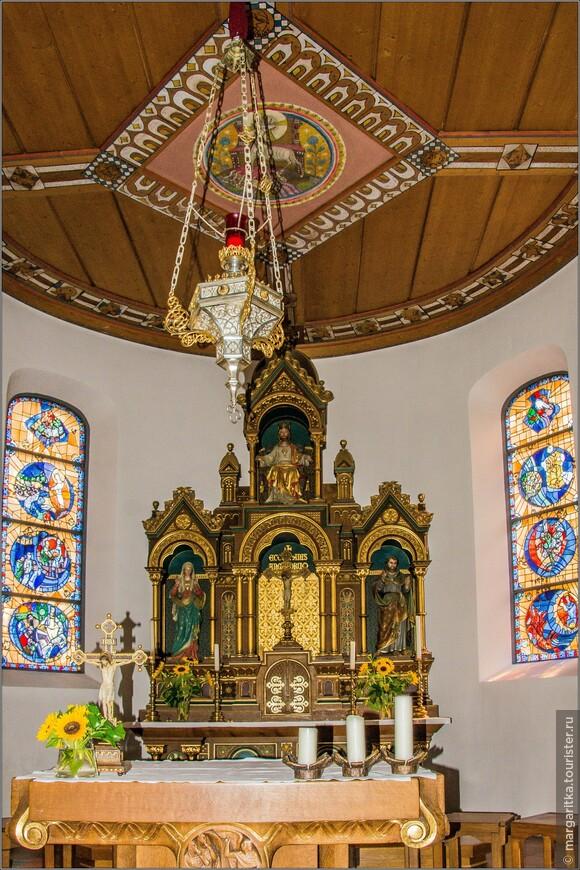 """Алтарь (от лат. altus - """"возвышенный"""") соответствует престолу (а не алтарю) православного храма: это накрытый покрывалом стол, на котором стоит богослужебная утварь и лежат богослужебные книги. У алтаря совершаются основные священнодействия."""