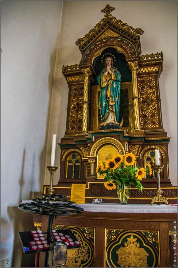 правый боковой алтарь с изображением Девы Марии
