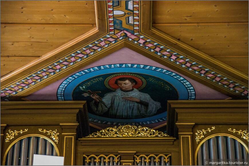 часть древней росписи на потолке в районе органа
