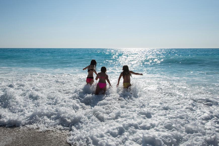 """Пляж """"Катизма"""" славится  своими  экстремальными волнами, однажды я не рассчитав свои силы чуть ни """"утонула"""",  мужу  пришлось вылавливать меня  за волосы))) А вот детям всё не почём, всегда резвятся, не боятся."""