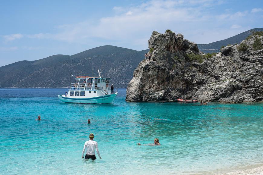 Пляж Агиофили, кораблик из  Василиков привёз отдыхающих.