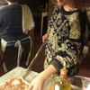Caterina - дочь хозяев помогает печь пиццу