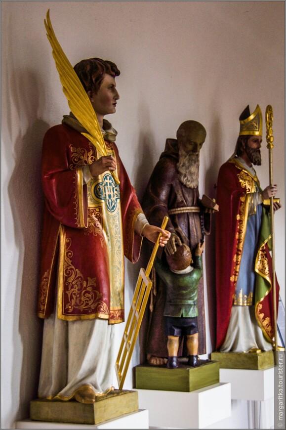 вдоль стен на высоте, как водится, почти в полный человеческий рост форфоровые скульптуры святых