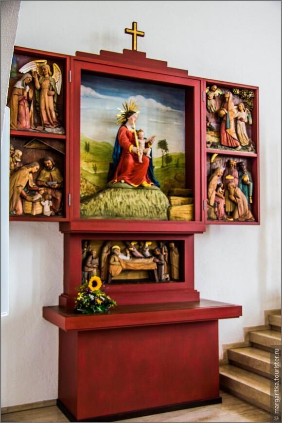 Левый боковой алтарь тоже принадлежит скульптору Крамеру  из Оффенбурга
