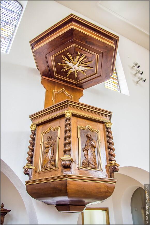 Кафердра отностится к предметам интерьера старой церкви, которые  широко используются при обустройстве помещения нового храма: