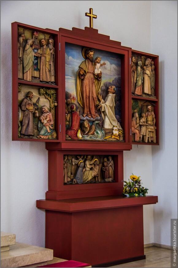 боковой алтарь справа вырезан (скульптор HP Крамер) вырезан в  Оффенбурге