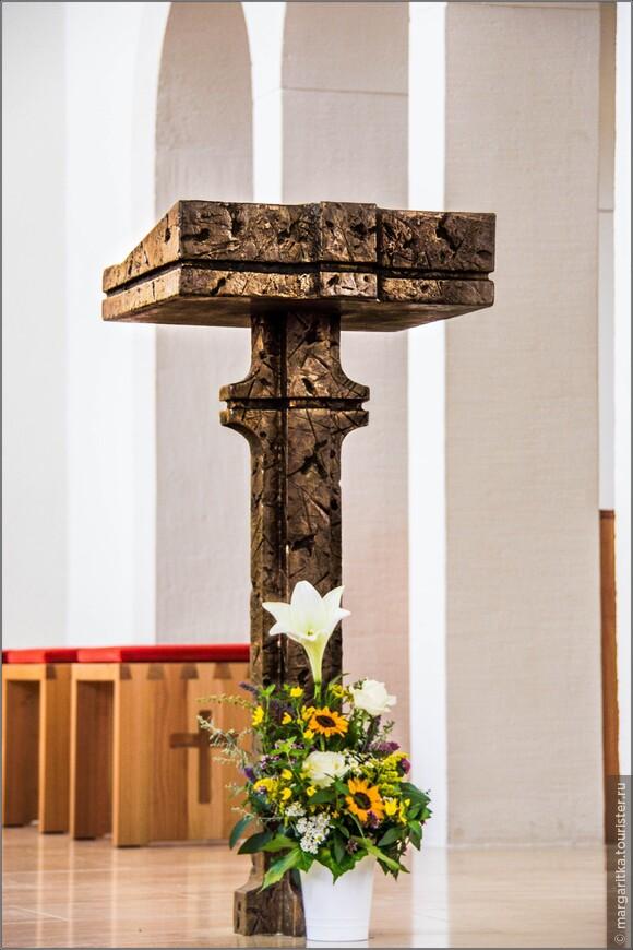 подставка под Библию в алтаре