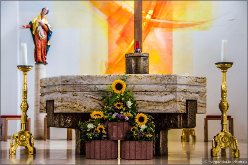 В этом массивном восьмиугольном алтаре (символизирующем вечность) из глыбы мрамора покоятся встроенные мощи святых мучениц Aurelia и Concordia.