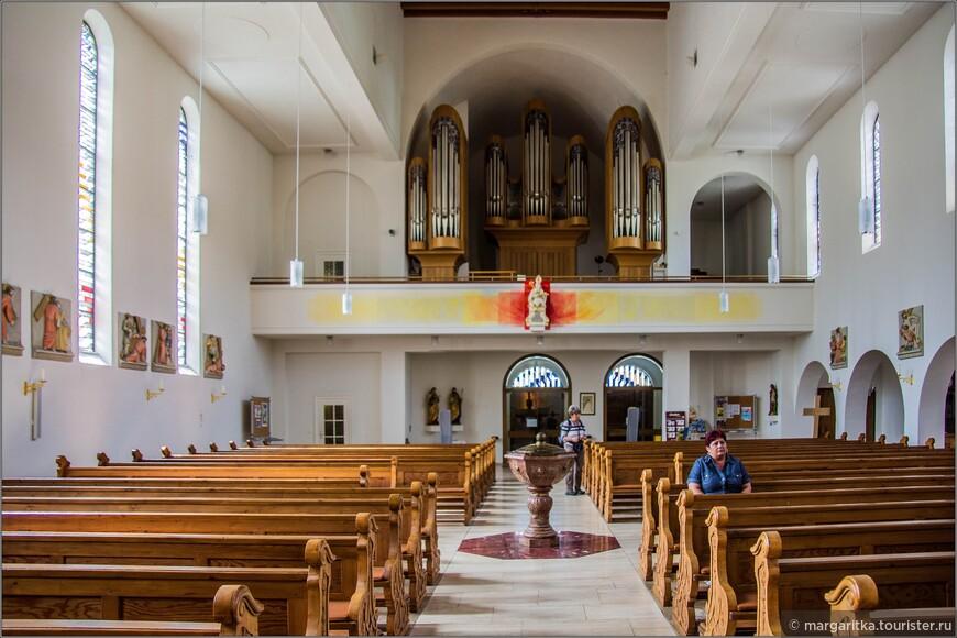 вид от алтаря на орган, входной портал и баптистерий в самом центре зала