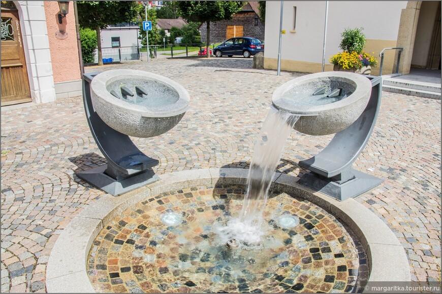 на площади перед Храмом вот такой своеобразный фонтан, в котором чаши проливаются по очереди.