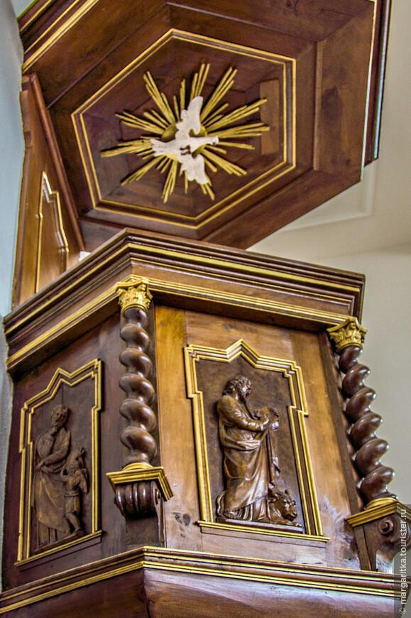 кафедра старинная с красивой резьбой фигур 4-х Евангелистов и осеняющим всех и вся голубем
