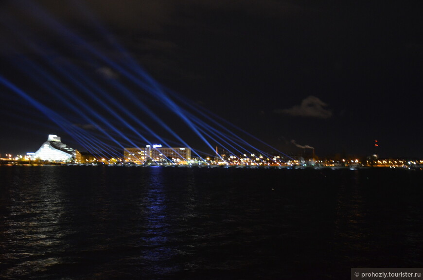Лазерное шоу над рекой.