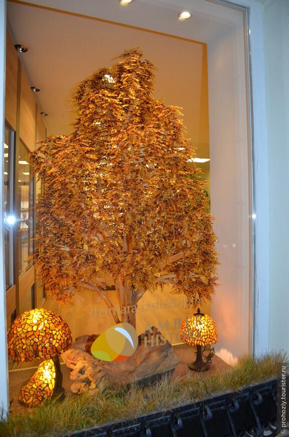 Все листочки этого дерева выполнены из янтаря. Чудо!
