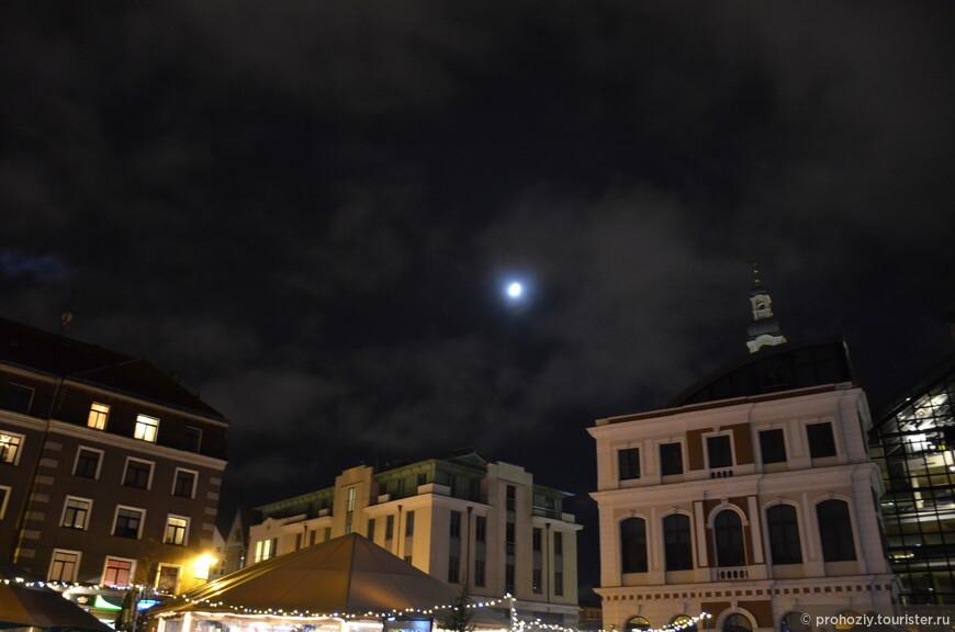 Луна будто заглнула на световое шоу, которое на Земле творили люди.