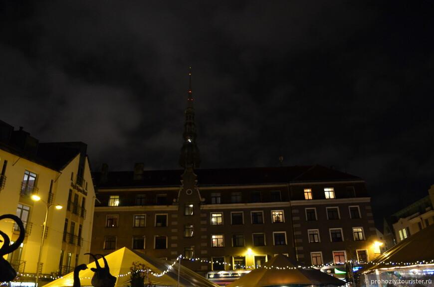 Шпиль церкви Святого Петра ночью не менее интересен, чем днем.