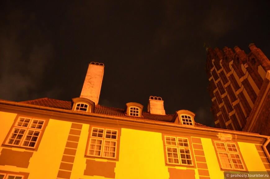 Ночью всё смотрится необычно. Будто пряничные домики.