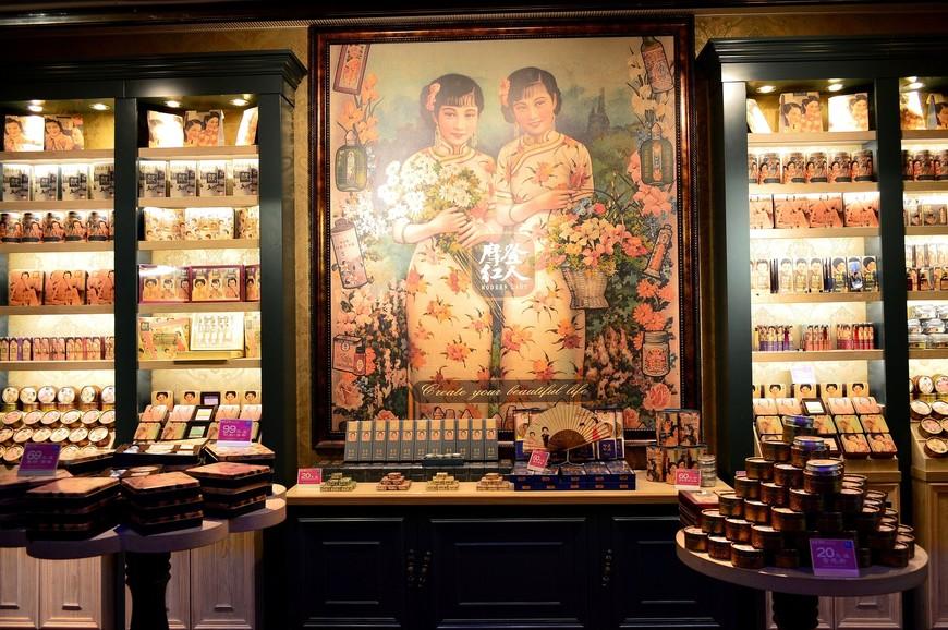 Ретро-стиль оказался черезвычайно популярным: китайских красавиц 30-40-х годов можно увидеть в таких вот специализированных лавках с косметикой, на коробках конфет, печенья и т.д.