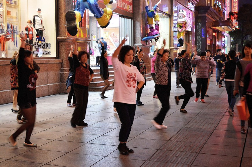 Как везде в Китае, здесь тоже танцующие разных возрастов женщины:)