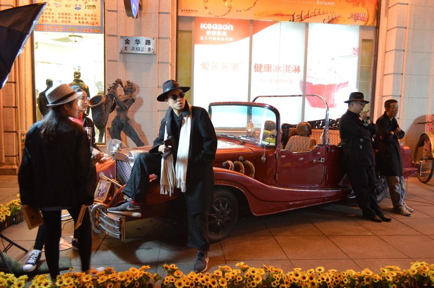 Местные актеры изображают шанхайскую мафию во главе с Ду Юй Шэном, и любой желающий за определенную плату может стать членом его банды и сделать себе фото на память