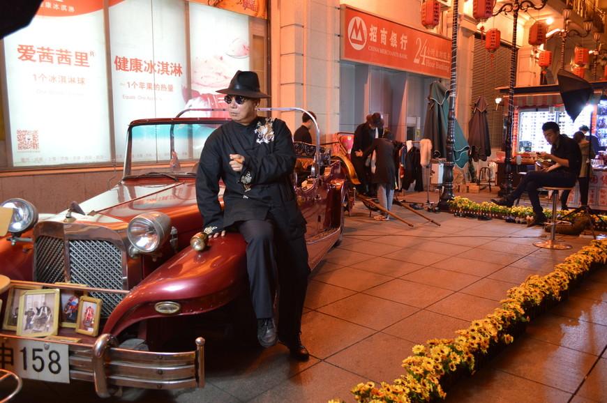 Ду Юй Шэн всегда ходил в национальной китайской шёлковой одежде. Здесь вам ее подберут и помогут надеть