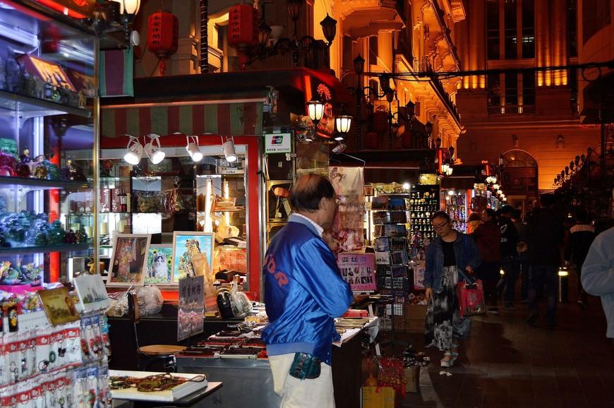 Nanjing Road пересекают множество параллельных улочек. На некоторых из них продаются сувениры