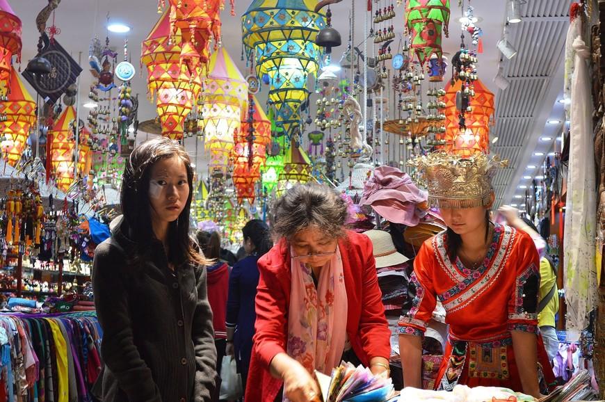 Сувенирный магазин. Их на Nanjing Road несколько. Шарфы, палантины, платки из натурального шелка - самые ходовые товары.