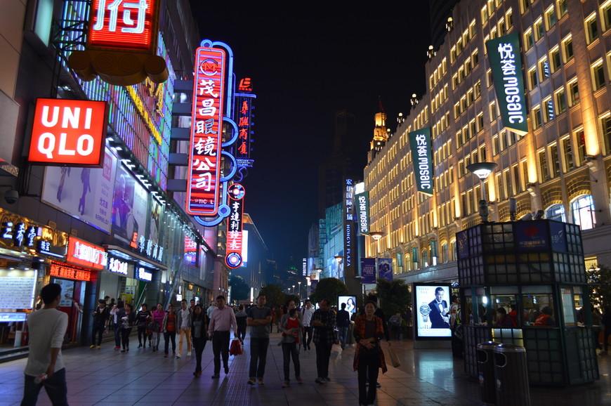 Nanjing Road называют раем для шопоголиков. Днем туристам, как правило, не до магазинов. Но на что не было времени днем, легко можно сделать вечером.