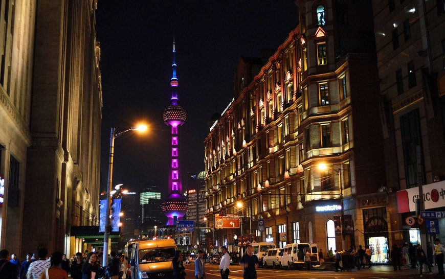 Точка, где Nanjing Road упирается в набережную Войтань