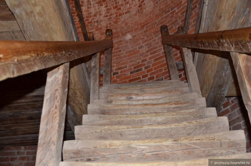 Не думаю, что лестница сохранилась со средних веков, но она очень крепкая.