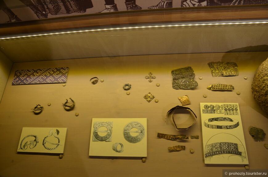 """Внутри развернута экспозиция, где показаны находки археологов. На этом стенде представлены """"золотые"""" украшения."""