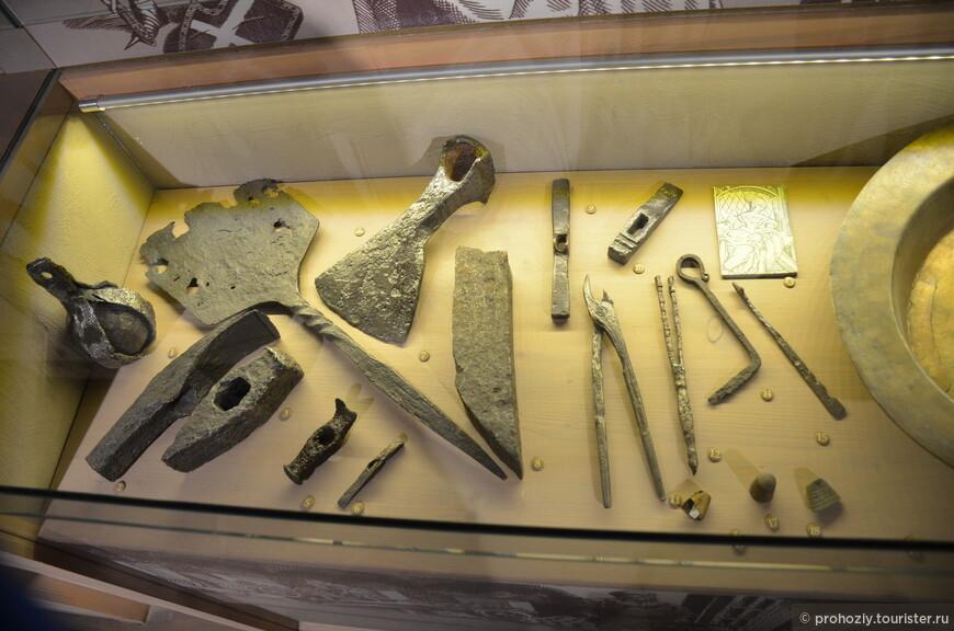 А с помощью этих инструментов замок строился.