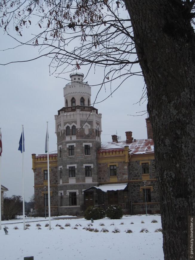 А это новый Сигулдский замок. Его построили в 19 веке.