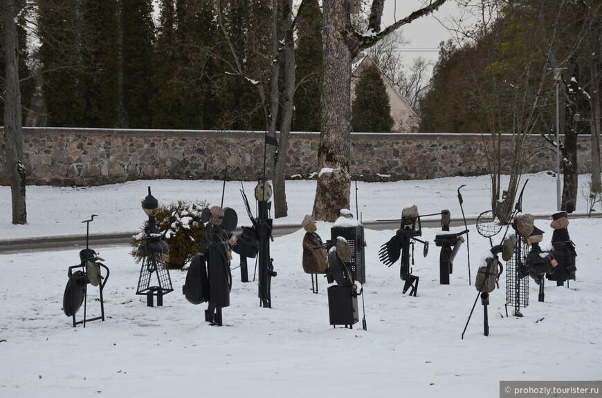 Вот такое железное войско охраняет Сигулдский замок.