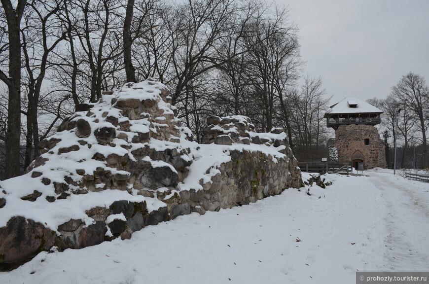 А это уже средневековый замок. Вернее то, что удалось сохранить.