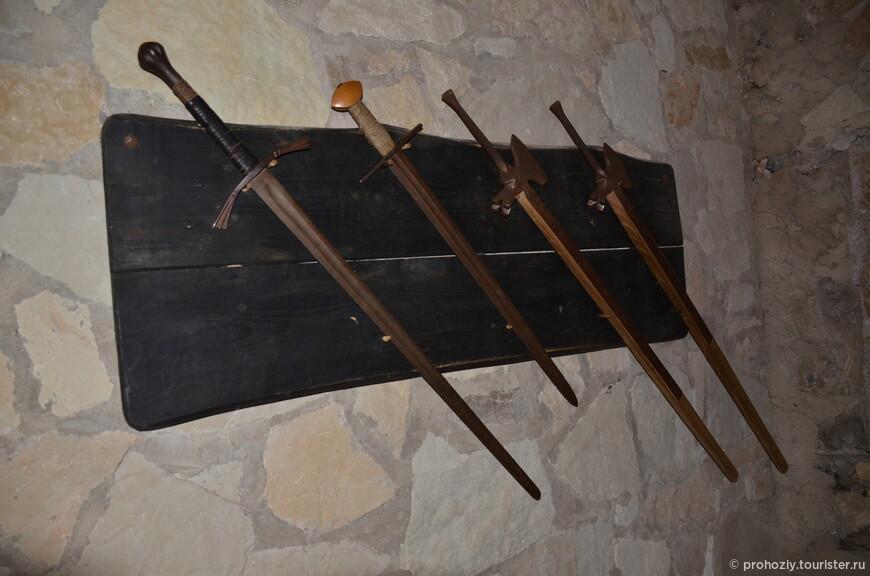 Таким оружием защищали замок.