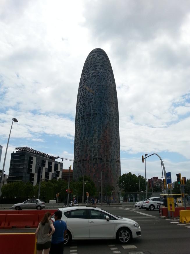 Башня Агбар -третье по высоте здание в Барселоне, поэтому, проезжая через город, вы обязательно остановите на нем свой взгляд. Тем более, что башня привлекает внимание днем свой необычной формой. Архитектор Жан Нувель, работавший над проектом здания, уверяет, что черпал вдохновение у естественных природных форм: пиков горы Монтсеррат и струи гейзера, а также ориентировался на шпили Собора Святого Семейства. Несмотря на эти объяснения, местные жители дали башни множество неприличных названий, опираясь именно на ее форму.
