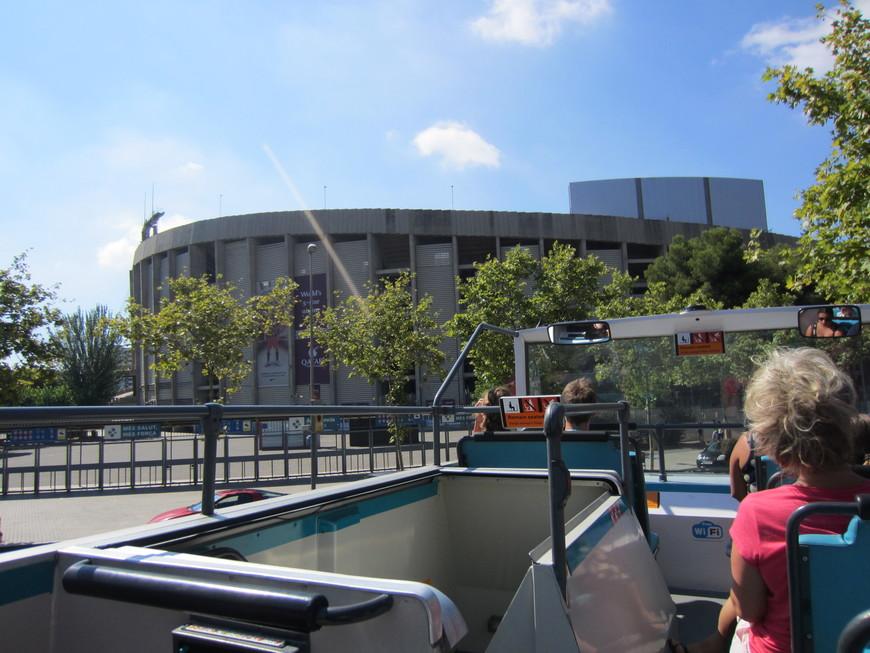 Стадион Камп Ноу является самым вместительным стадионом во всей Европе, в нем могут разместиться 99 354 зрителя. УЕФА оценивает Камп Ноу в пять звёзд. На территории стадиона находится офис руководства и официальный центр служащих ФК «Барселона», а также музей легендарной «Барсы». Кстати, музей ФК «Барселона» является самым посещаемым музеем в столице Каталонии.