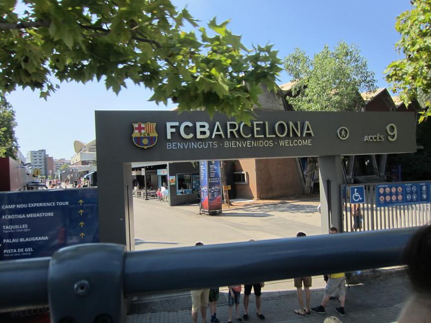 """Сказать, что Барселонцы любят и гордятся своим футбольным клубом, это значит ничего не сказать. Когда мы были в городе  проходил футбольный матч ФК """"Барселона"""" и ФК """"Рома"""" Италия, болельщиков был полный город. ФК """"Барселона"""" победил, потом два дня обсуждали сколько забил Месси и другие. Наверно одним из главных сувениров из Барселоны является фирменная майка клуба."""