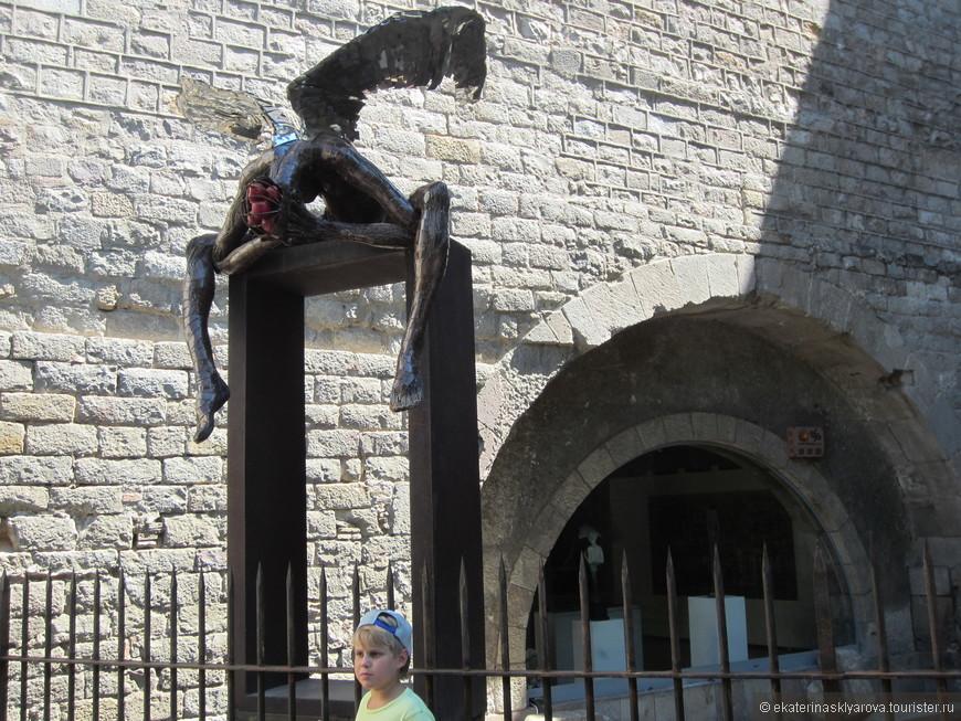 Под стенами Кафедрального собора Барселоны нашла свое пристанище выставка современного баскского художника Хулио Ньето. Серию уличных скульптур «Металлическая кожа» по праву можно назвать новой достопримечательностью Барселоны. Изваяния из стали и бронзы называются «Спасенный Икар», «Я приношу добро» и «Хореография».