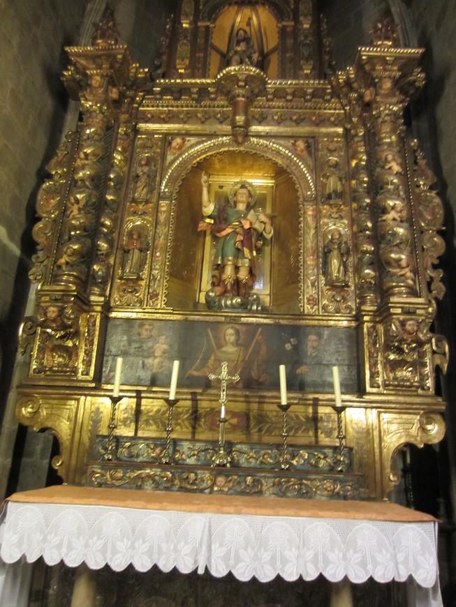 Большой интерес представляет и внутреннее декоративное убранство  Кафедрального собора с  великолепной резьбой по дереву и камню, а также ажурными коваными решетками.